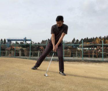 左足下がりの傾斜からのアプローチの打ち方。シンプルがベストです。